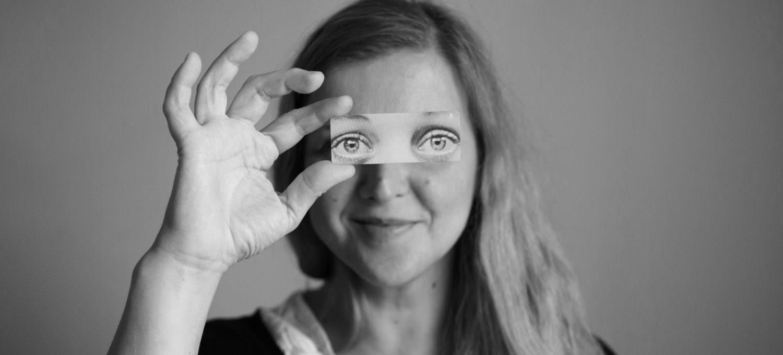 Foto retrato de Susana Blasco diseñadora gráfica, ilustradora y collagista.