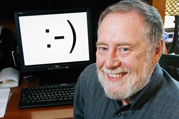 Scott Fahlman creador de los emoticonos,