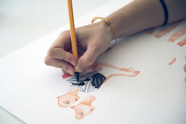 Lara Costafreda, bocetando una ilustración para moda