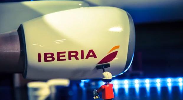 nueva marca Iberia, fotograma del spot con los Clicks Playmobil