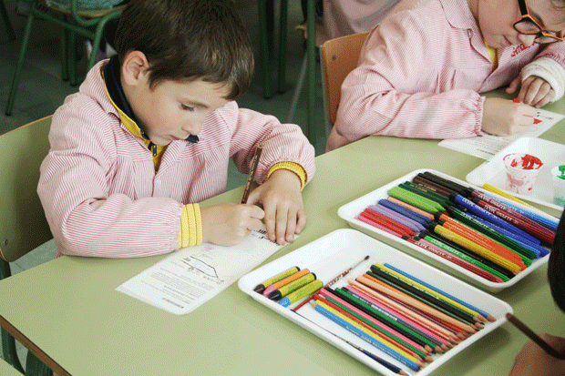 Masroig Vi Solidari, niños pintando las etiquetas