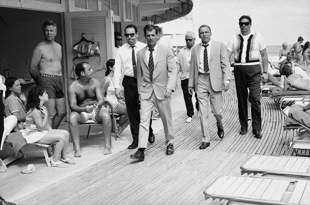 Terry O'Neill – Frank Sinatra con sus guardaespaldas Miami 1968