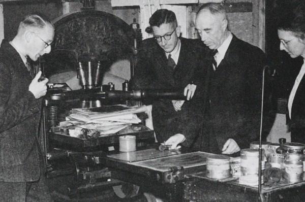 H. N. Werkman con algunos de los componentes de De Blauwe Schuit en la prensa de este