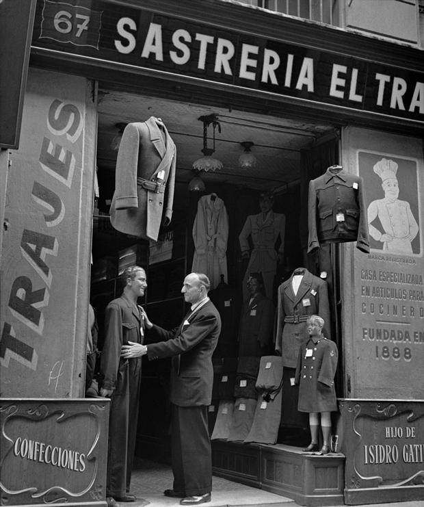 Francesc Català-Roca - El Transwaal en la Calle Hospital, 67 – Barcelona  1950