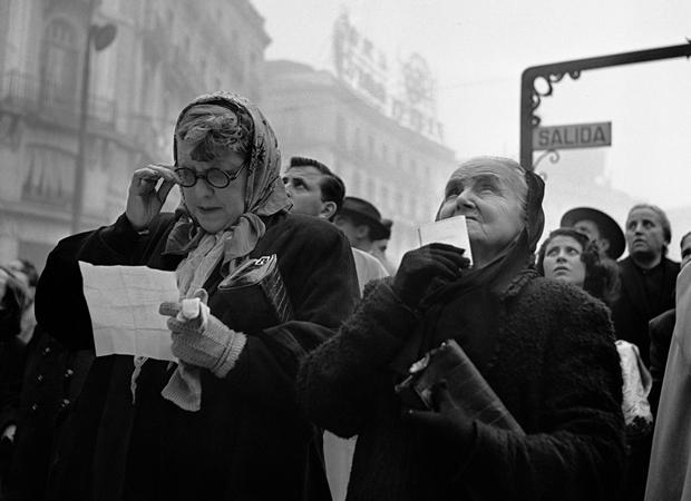 Francesc Català-Roca – Esperando el Gordo Puerta del Sol Madrid 1952