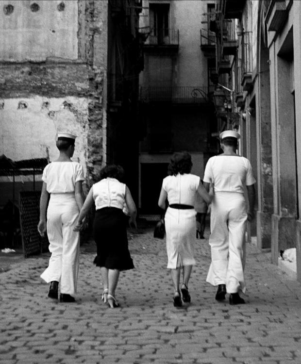 Francesc Català-Roca - Marineros de visita al Barrio Chino. Barcelona, 1953