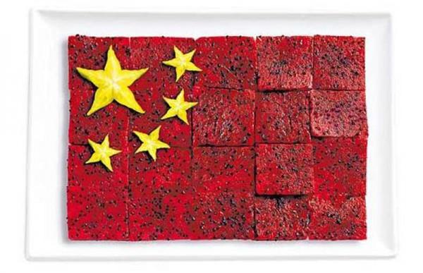 china flag made from food 600x387 Banderas nacionales creadas a partir de los alimentos típicos de cada país