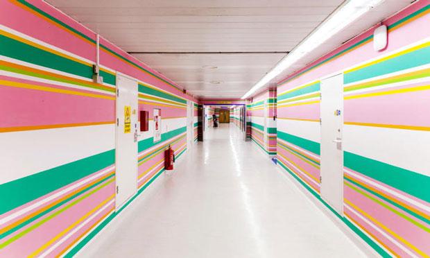 Bridget Riley inunda de Op Art los pasillos del hospital St. Mary