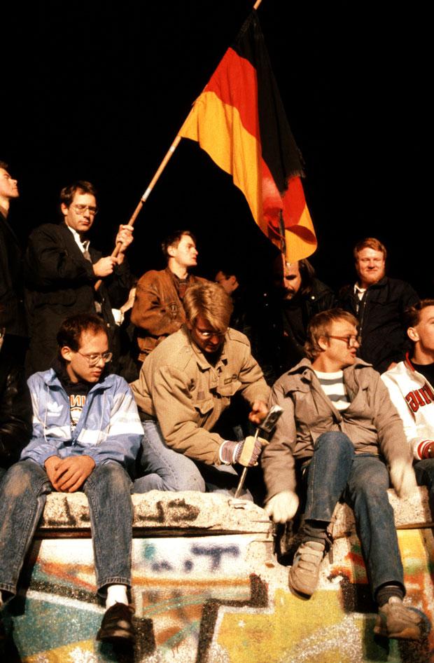 La caída del Muro de Berlín, 25 años. Fotografía de Daniel Biskup –  Jóvenes en la Puerta de Brandenburgo