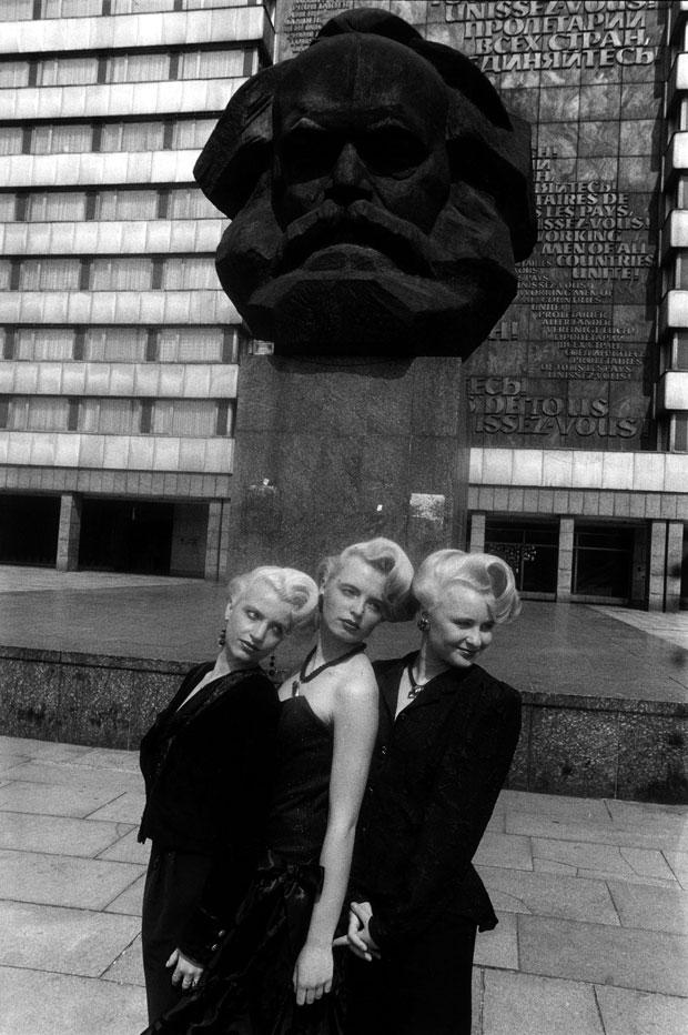 La caída del Muro de Berlín, 25 años. Fotografía de Daniel Biskup – Maniquíes posan frente al monumento a Karl Marx