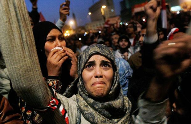 Chris Hondros – mujer llorando en la plaza Tahrir