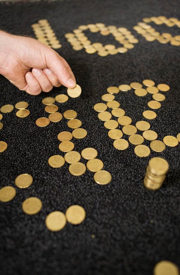 Ilustración tipográfica realizada con monedas