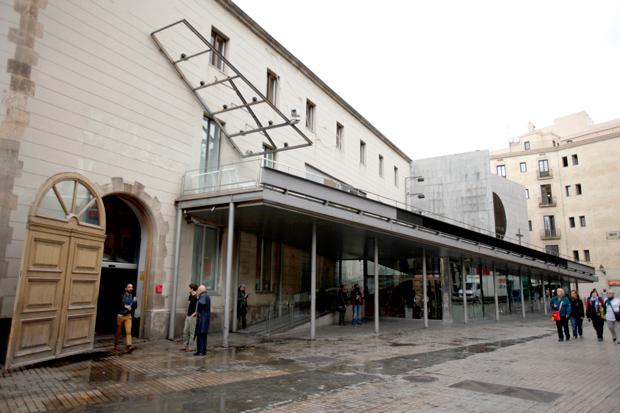 Arts Santa Mònica – la fachada con rampa sirve de inspiración en la identidad visual diseño de Mario Eskenazi