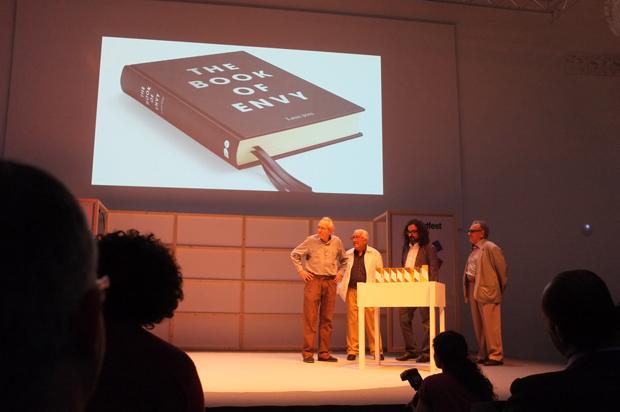 Enric Huguet, a la izquierda, durante la entrega de los Premios Laus