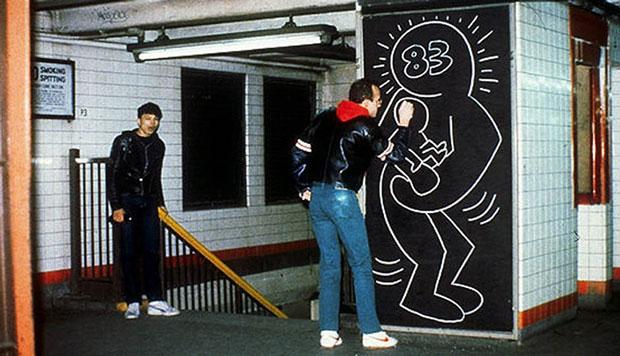 Keith Haring dibujando un mural en el metro
