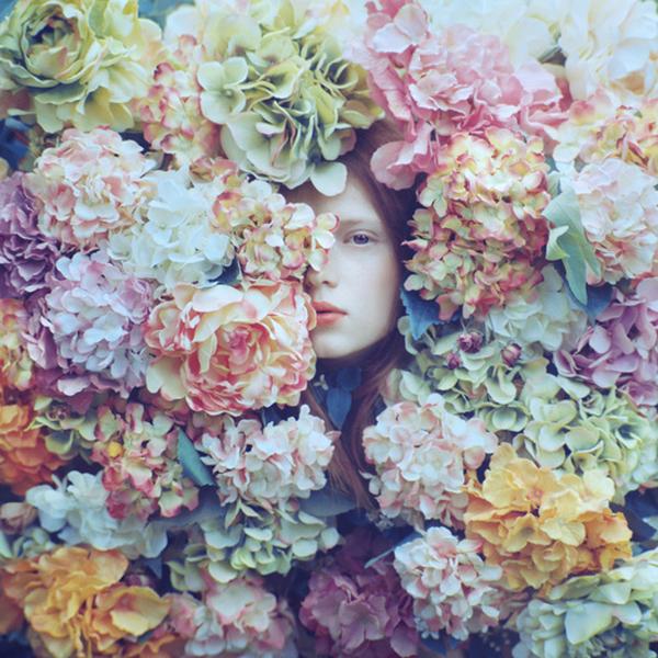 OlegOprisco – fotografía chica con la cabeza llena de flores