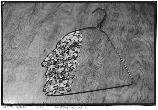 Fotografías de Nueva York, 1983-1993. Perfil de Duchamp, semillas de girasol, 1983 Ai Weiwei