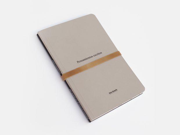Pensamientos escritos es un conjunto de dos cuadernos del diseñador Ibán Ramón