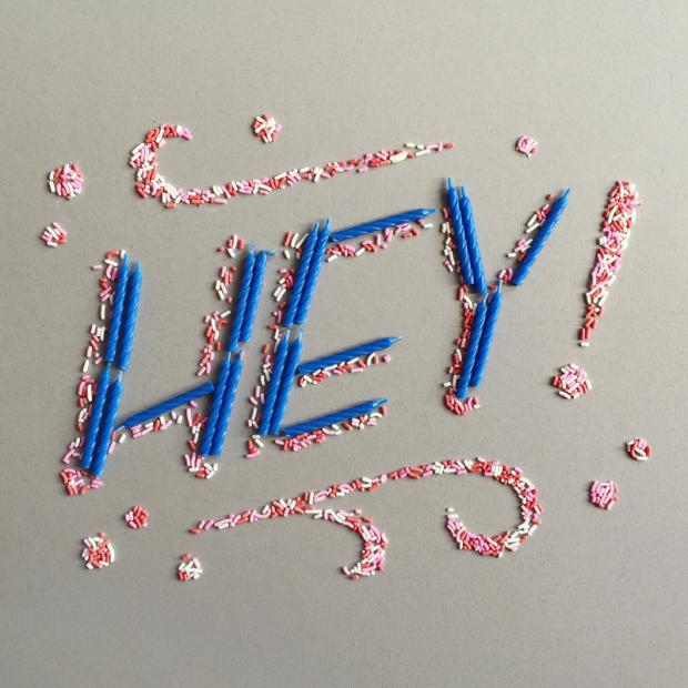 HEY – lettering con velas de cumpleaños