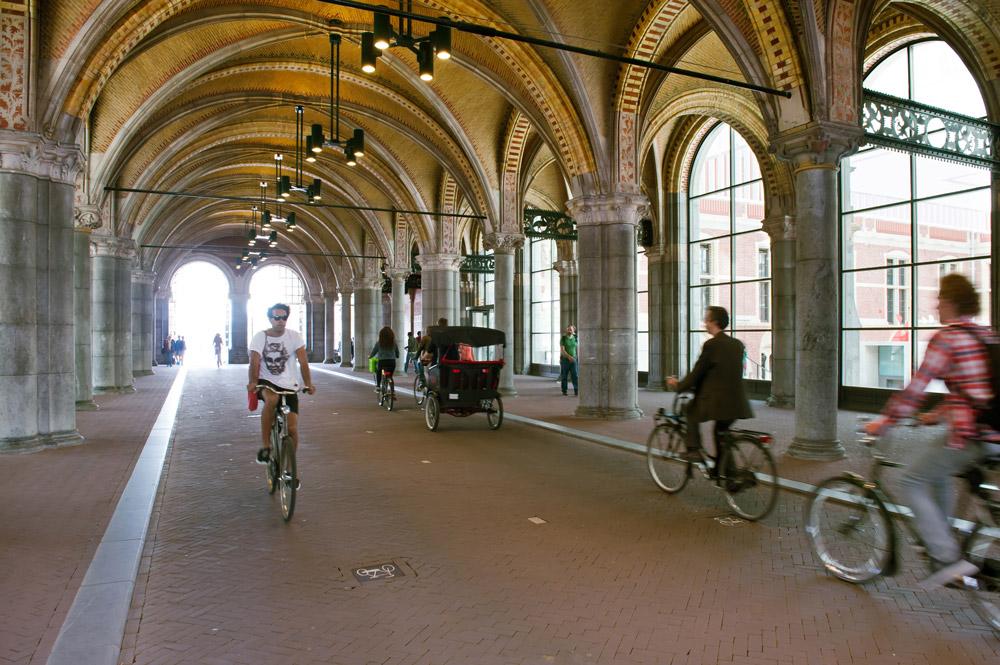 Dirigido por Oeke Hoogendijk, The New Rijksmuseum retrata los problemas logísticos y burocráticos del proyecto de reforma firmado por los arquitectos españoles Antonio Cruz y Antonio Ortiz y se convierte en un estudio sociológico del impacto de una obra arquitectónica en la sociedad.