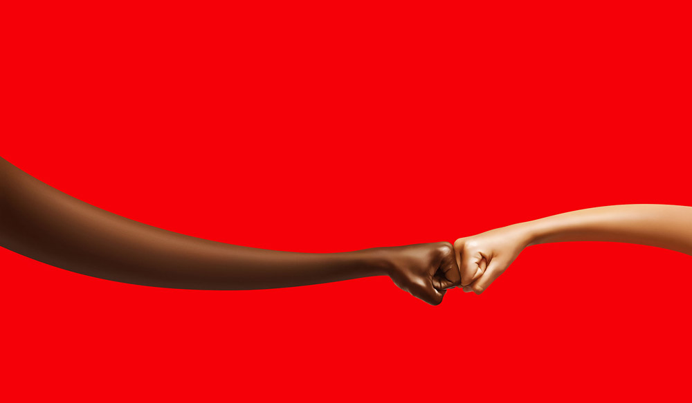 Coca-Cola cambia su característico lazo por un choque de nudillos para remarcar la amistad
