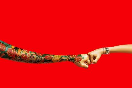 Coca-Cola cambia su característico lazo blanco por un choque de nudillos para remarcar la amistad