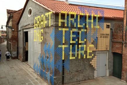 El código visual 'injertado' en la arquitectura de Venecia, por Bildi Grafiks