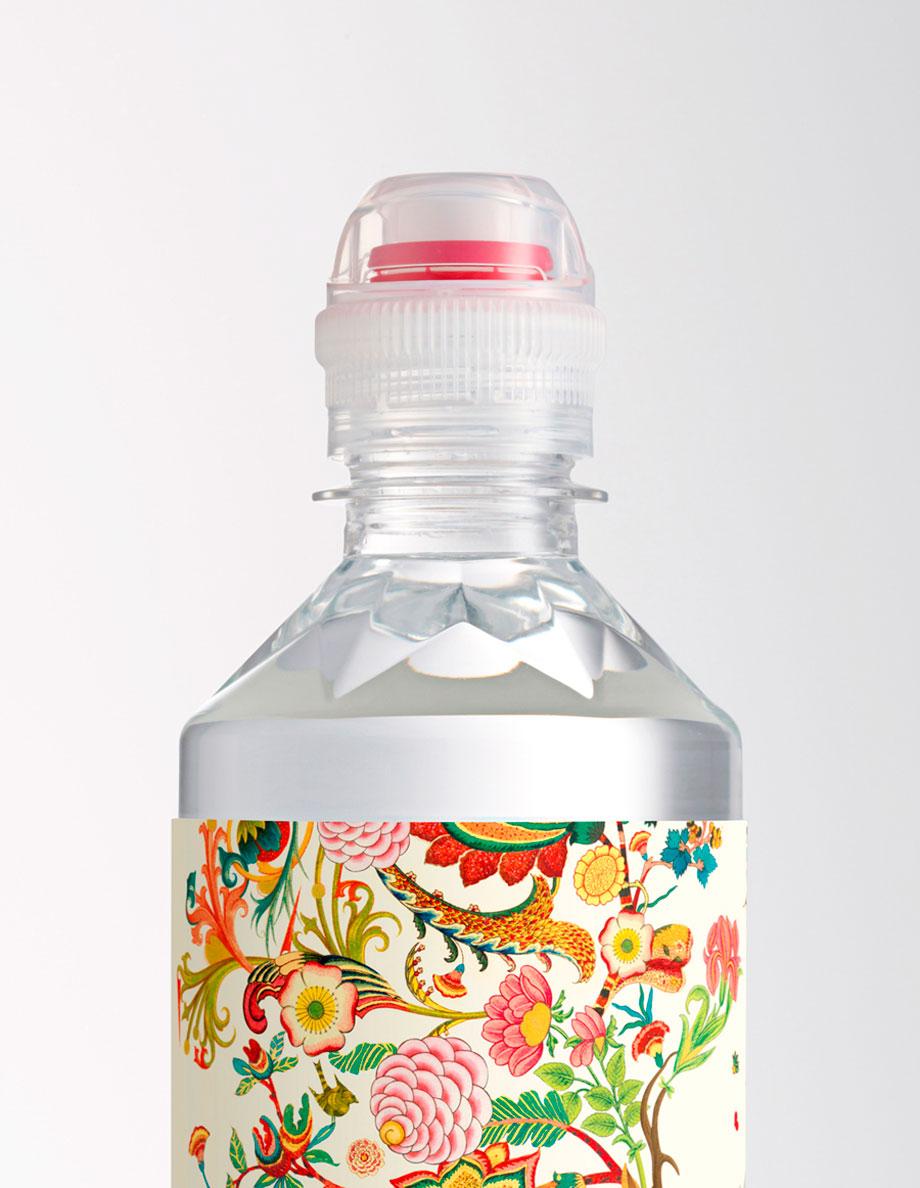 etiquetas de botellas de agua ilustradas por Brett Ryder