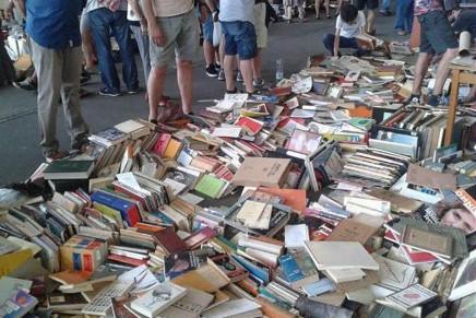 La biblioteca de Ràfols-Casamada tirada por los suelos en Els Encants de Barcelona