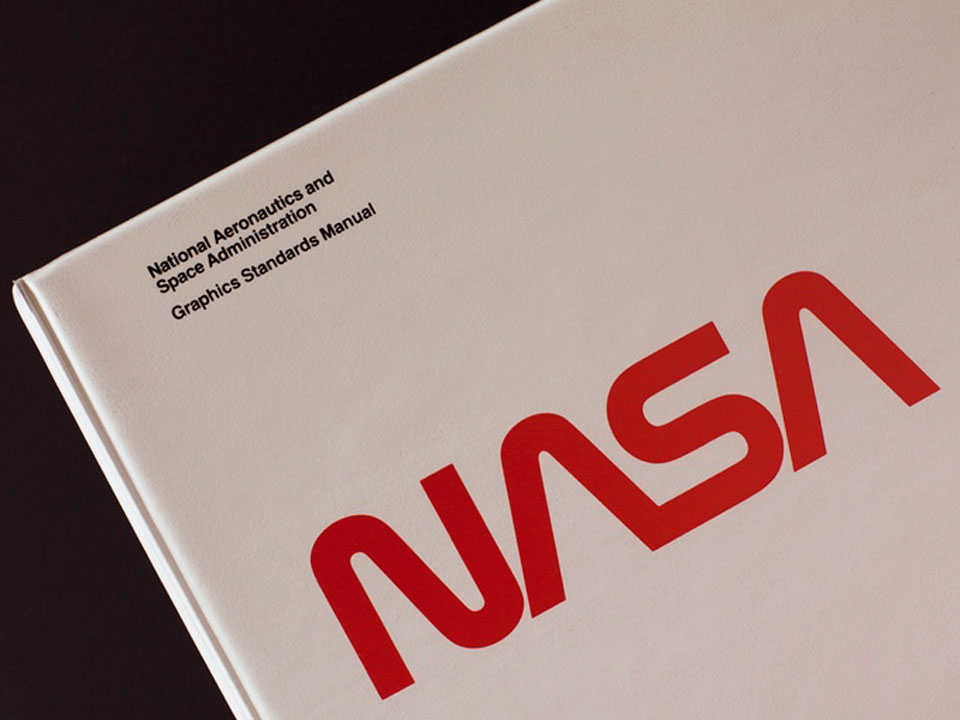 Reeditan el manual de identidad corporativa de la NASA de 1975