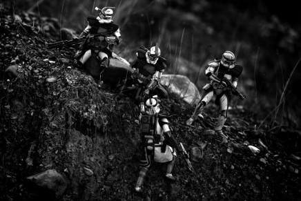 Un marine fotografía escenas de combate con figuras de Star Wars