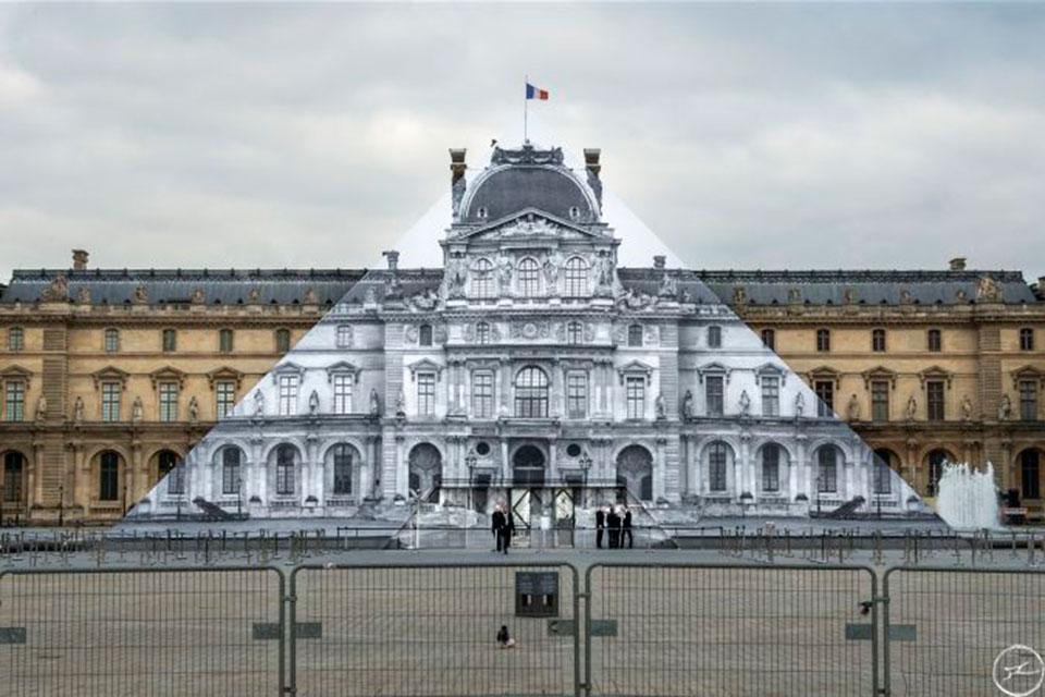 la fotografía que oculta la pirámide del Louvre