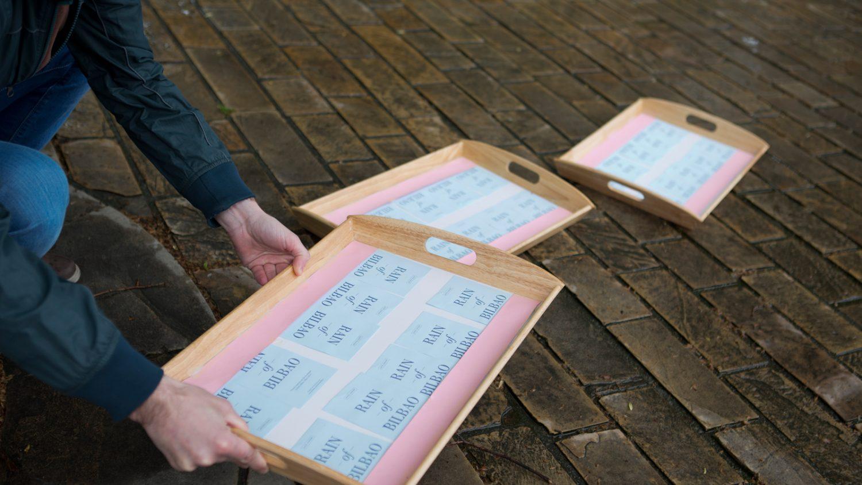 Secando las postales de Rain of bilbao en bandejas