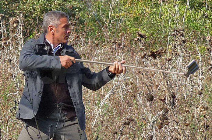George Clooney con un palo de selfie