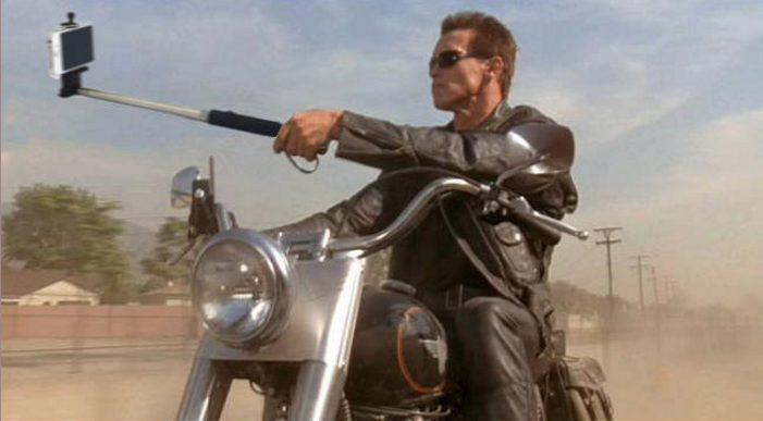 Arnold Schwarzenegger haciéndose un 'selfie'