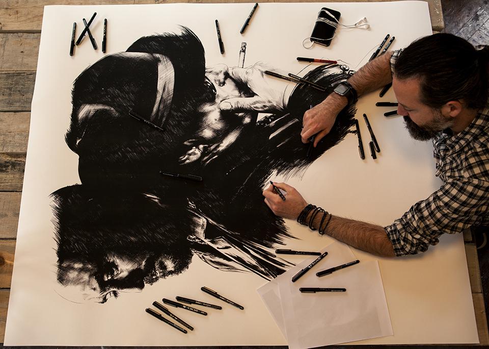 Gabriel Moreno ilustrando el cartel de la película de 'El hombre de las mil caras'