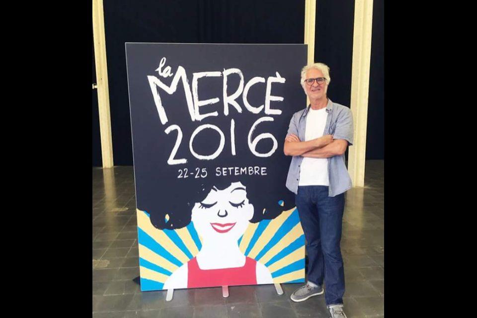 Miguel Gallardo junto a su cartel de La Mercé 2016