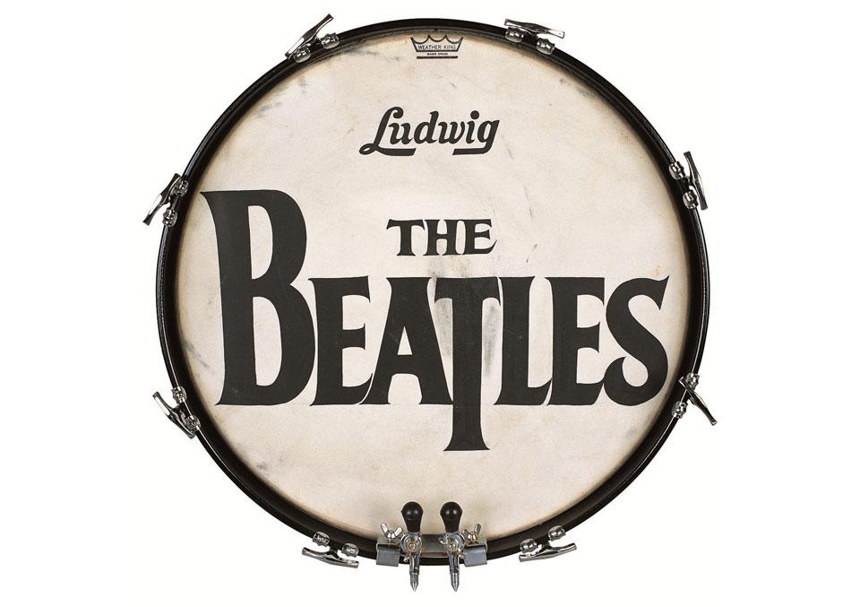 ¿Quién diseñó el logo de The Beatles? - El logo sobre la piel del tambor de la bateria de The Beatles