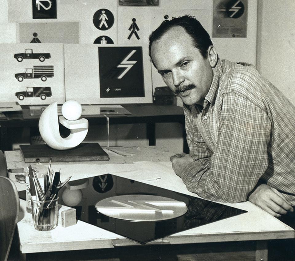 Aloisio Magalhães en su estudio, en 1966.