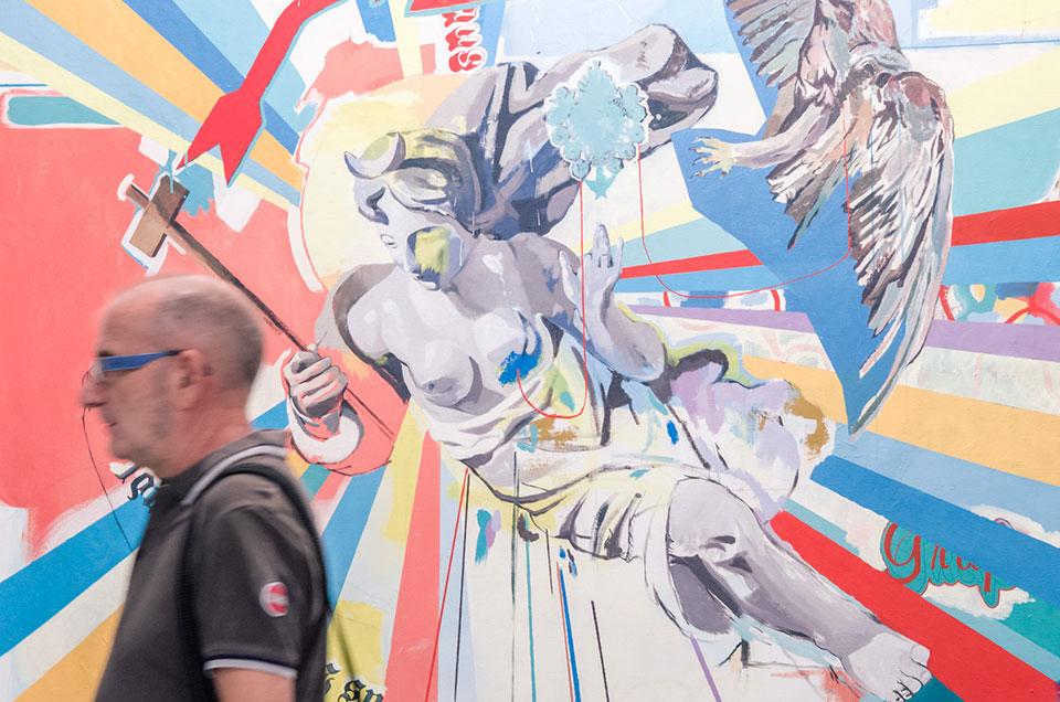 Feria Estampa 2016 - Hombre cruzando delante de un cuadro1