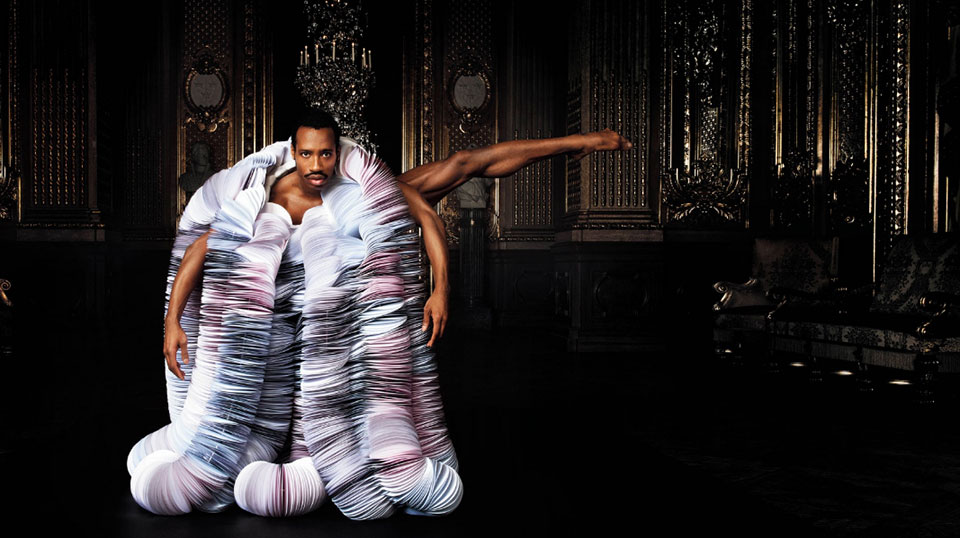 Bailarines de la Ópera Sueca con trajes de papel1