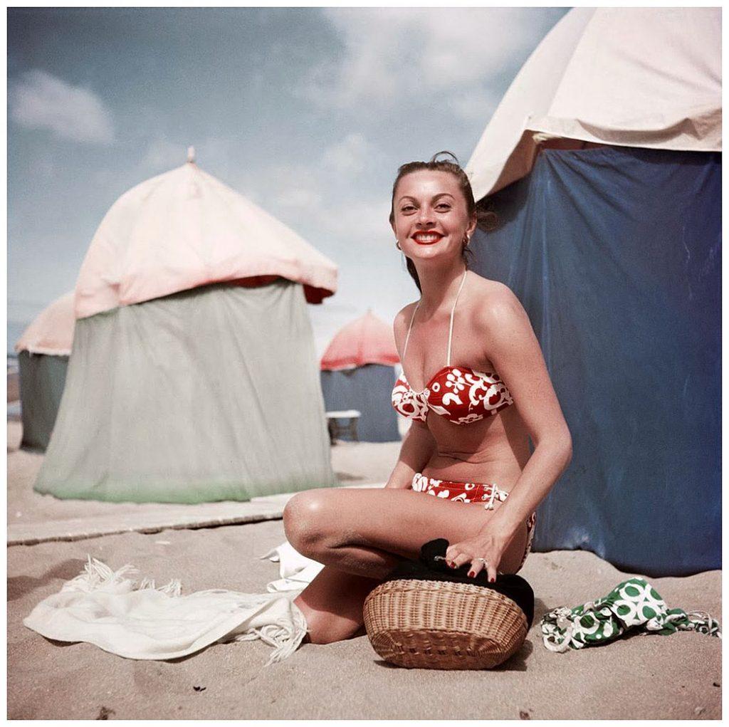 Mujer en bikini en Deauville, por Robert Capa