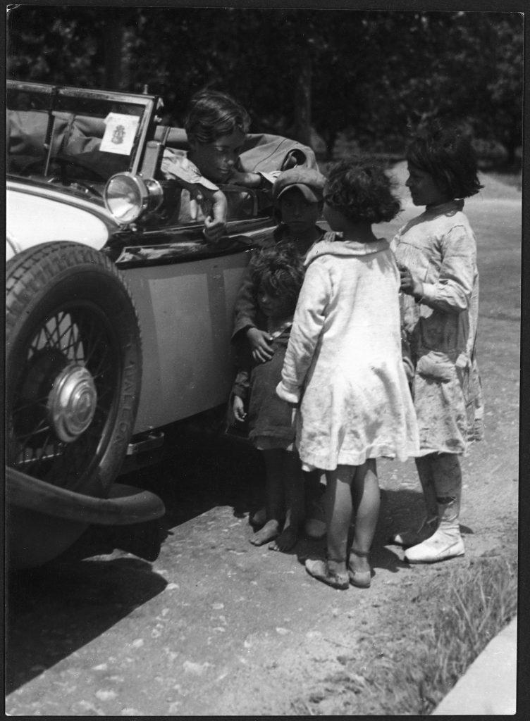 Annemarie Schwarzenbach y unos niños gitanos, por Marianne Breslauer en los Pirineos