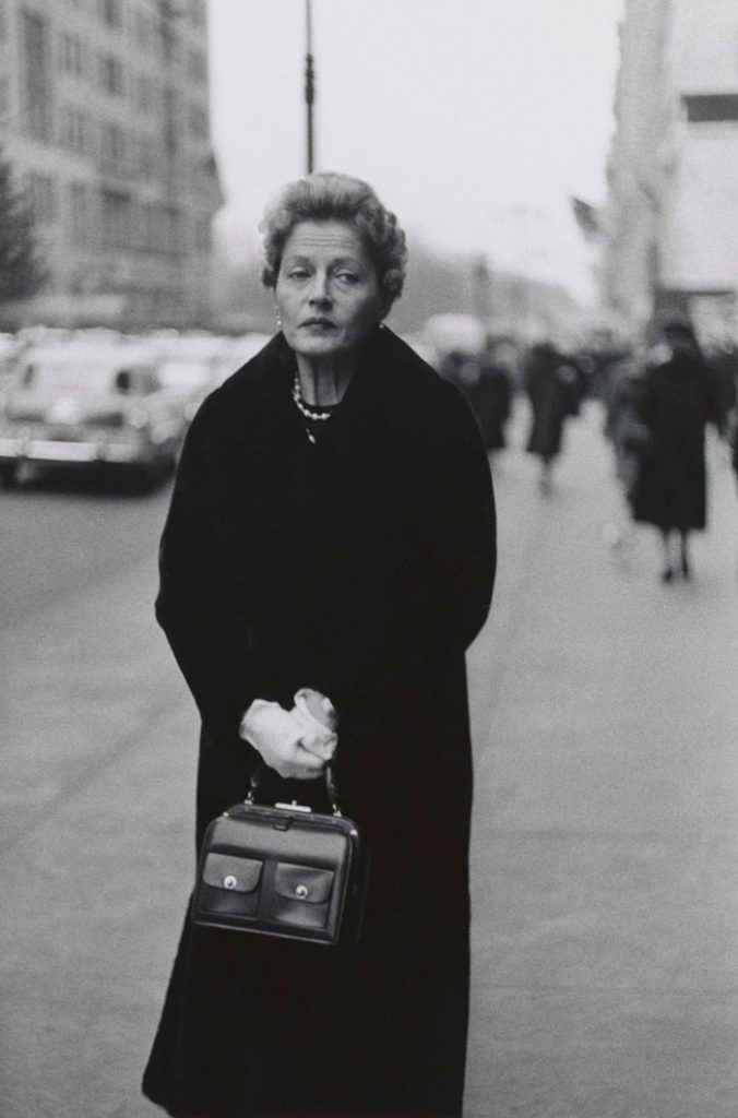 Woman with white gloves and a pocket book, de Diane Arbus