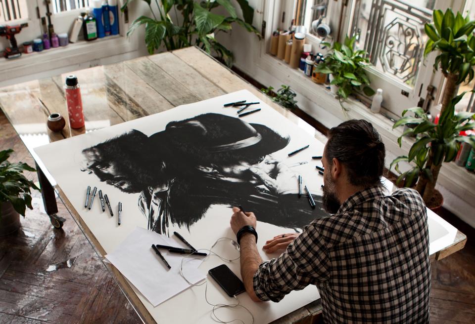 Gabriel Moreno trabajando en el cartel de El Hombre de las mil caras - 1