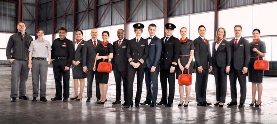 Los nuevos uniformes de la tripulación de Air Canadá son muy sencillos y solo se diferencian por discretos toques de color rojo sobre telas de color gris plomizo. El conjunto de los uniformes es extremadamente sobrio incluso en las piezas que permiten más creatividad como cinturones, pañuelos, corbatas, gorras o camisas.