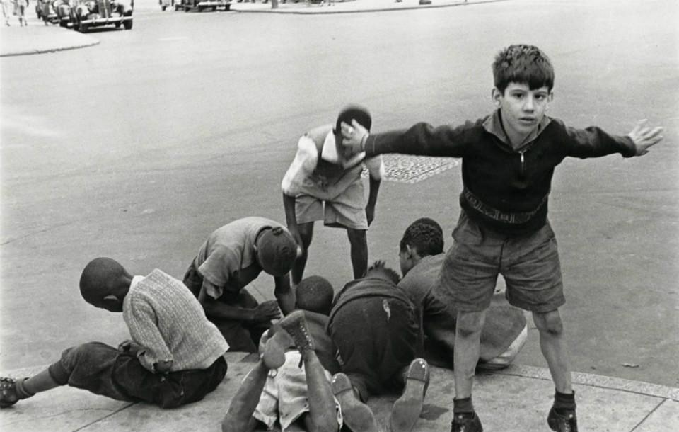 Niños jugando en las calles de Nueva York, por Helen Levitt