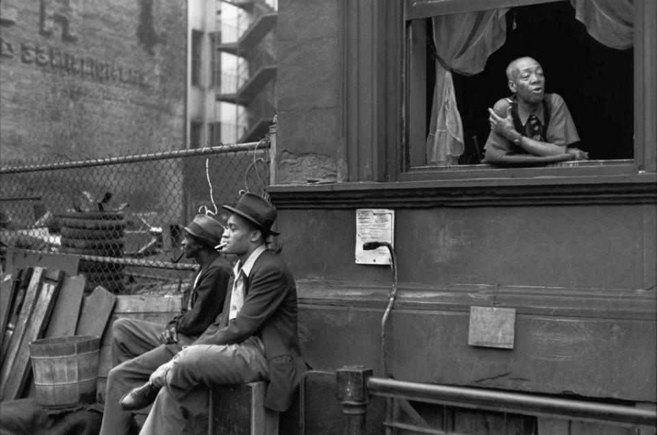 Personas hablando en la calle, por Helen Levitt