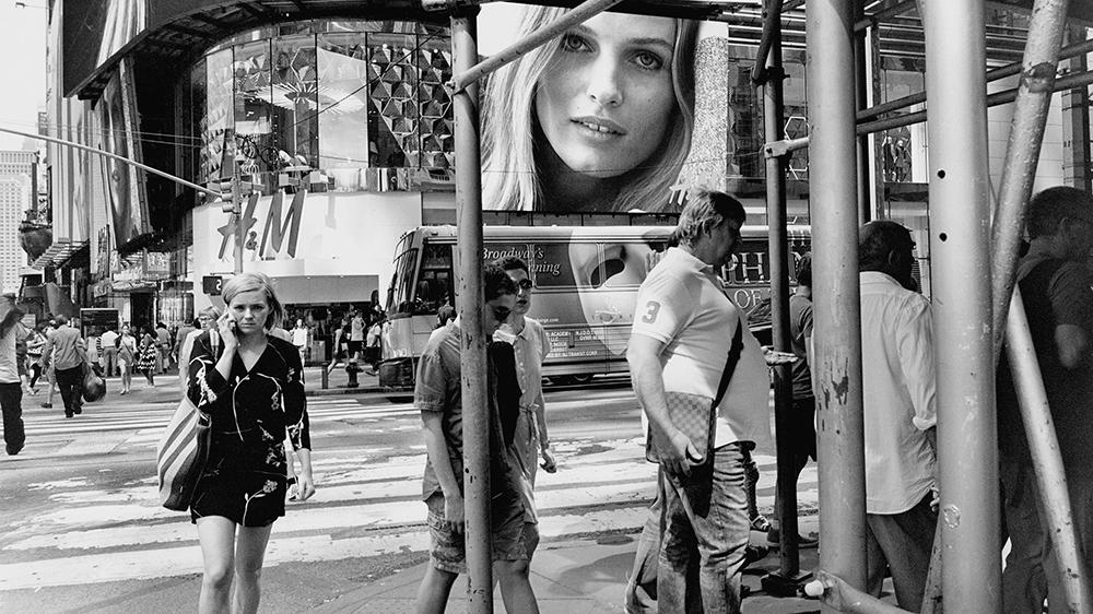 """Fotografía de """"paisaje social"""" de Lee Friedlander"""