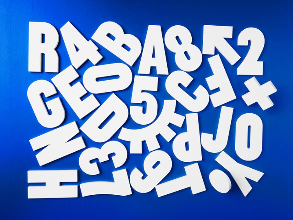 La tipografía Sentrum solo se ha diseñado en caja alta y se diferencia por un ligero condensamiento de sus caracteres. Tiene un estilo que puede recordar a las tiendas antiguas pero que resulta actual.